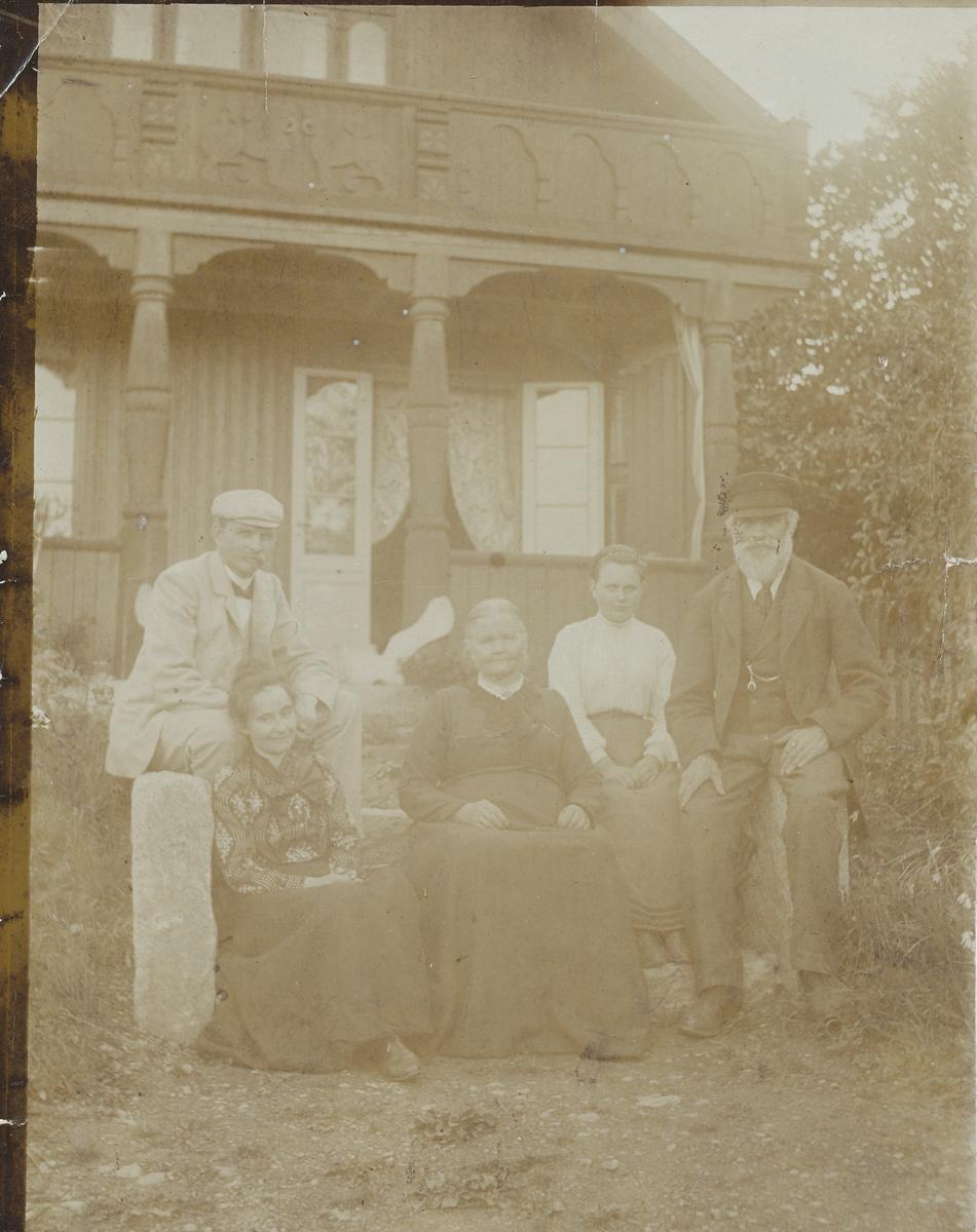 Tilla og Otto Valstad, Lisa og Andreas Olsen Valstad utenfor hovedhuset.
