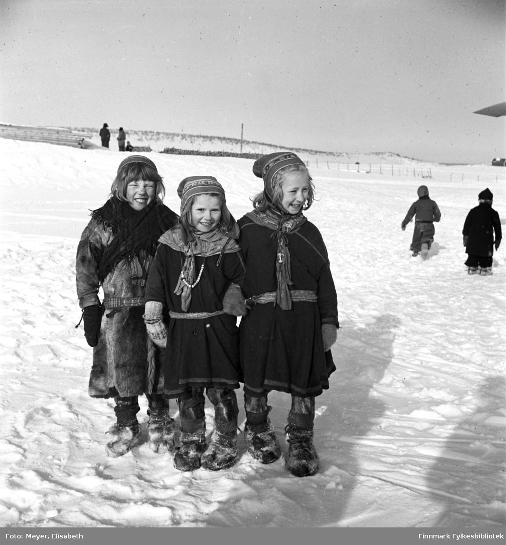 3 venninner fotografert i utenfor Kautokeino Skoleinternat: Berit Anne Persdatter Pentha, , Marit Adamsdatter Triumf, Inga Adamsdatter  Triumf. Bildet er tatt ved påsketider 1940.