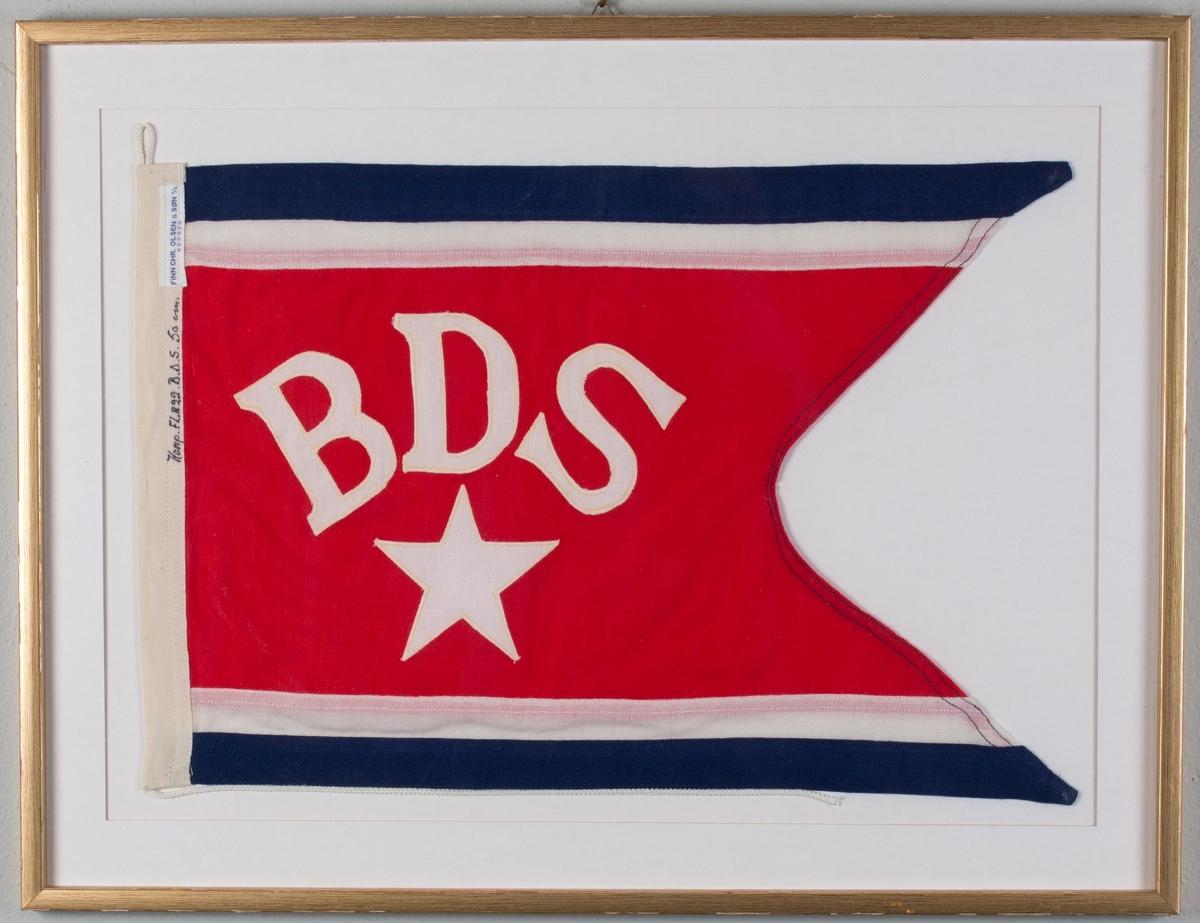 """Rederiflagg """"BDS"""" samt hvit stjerne for rederiet Det Bergenske Dampskibselskab montert i glass og ramme."""