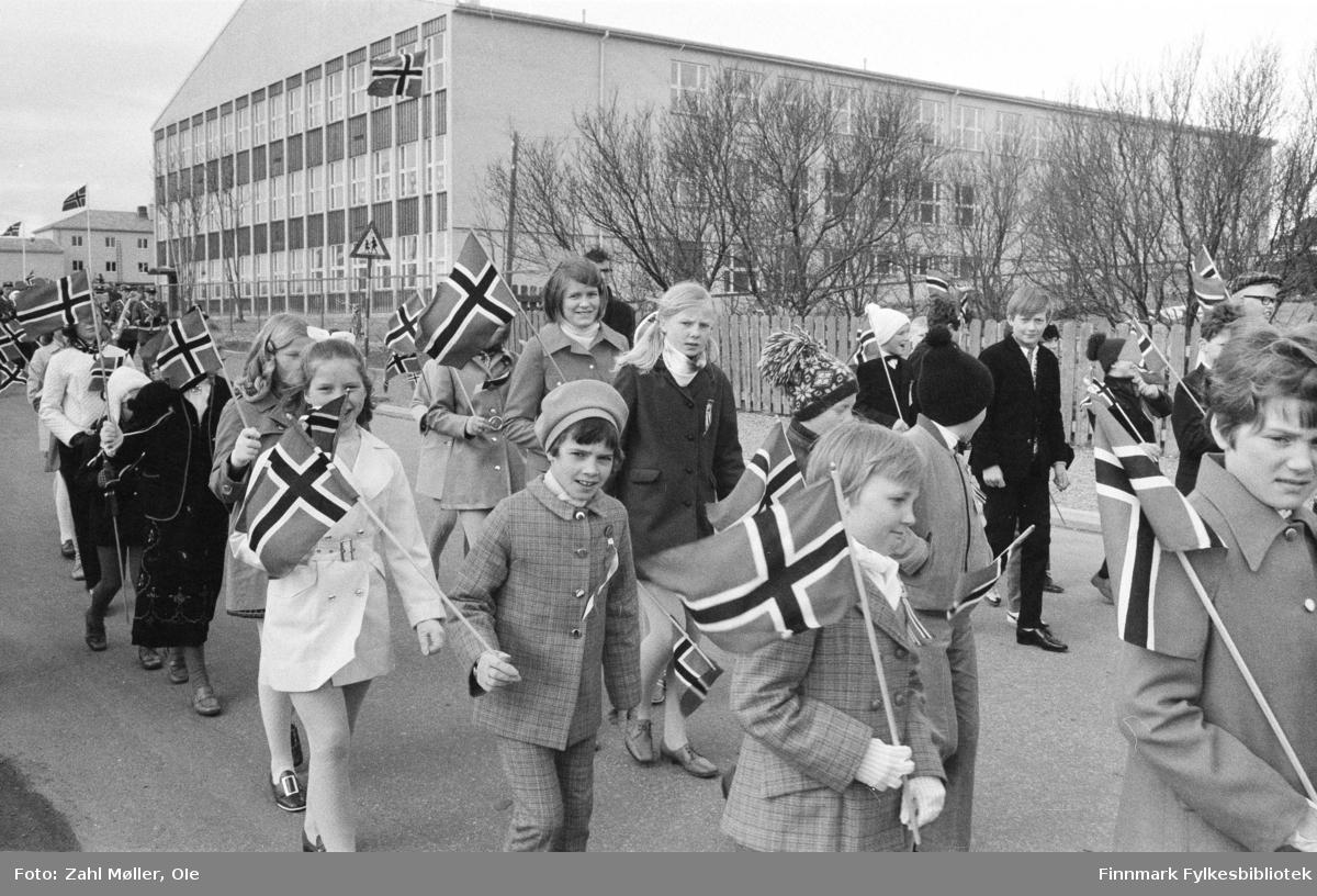 Vadsø, 17.mai 1970. Barnetoget med pyntede barn med norske flagg passerer skolen.