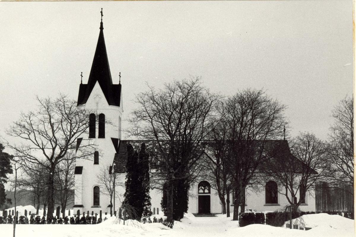 Fågelfors kyrka i vinterskrud.