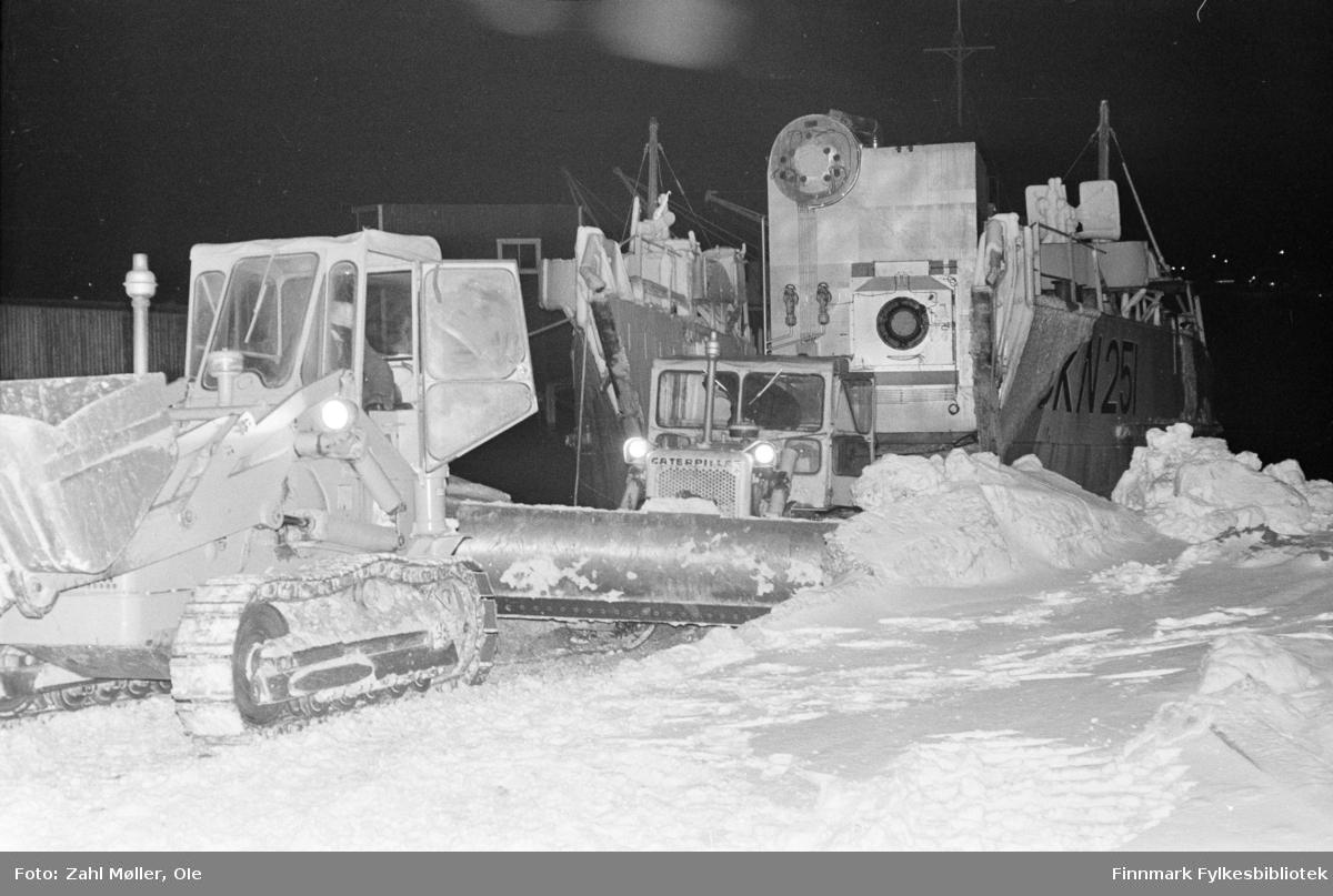 Serie bilder fotografert i Vadsø 1968-69. Anleggsmaskiner fraktet med landgangspram.