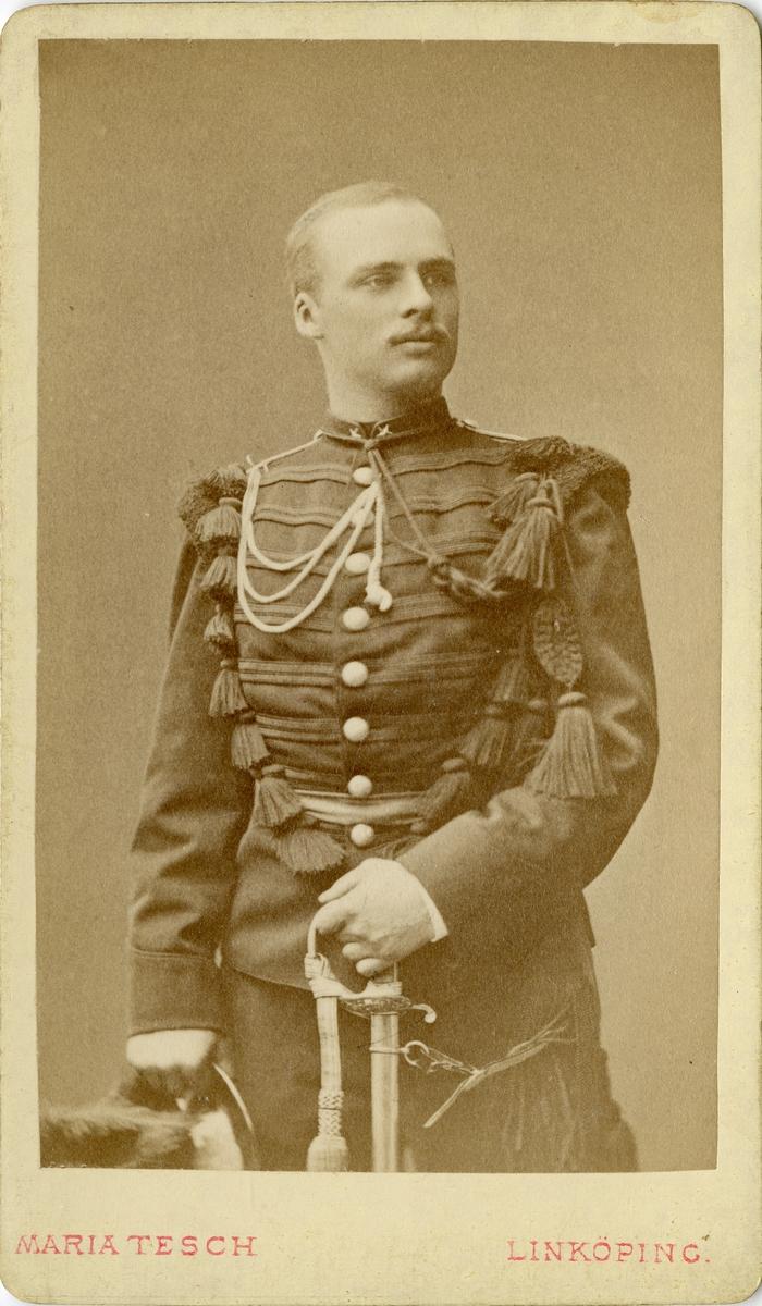 Porträtt av Otto August Malmborg, underlöjtnant vid Värmlands fältjägarkår. Se även bild AMA.0008078.