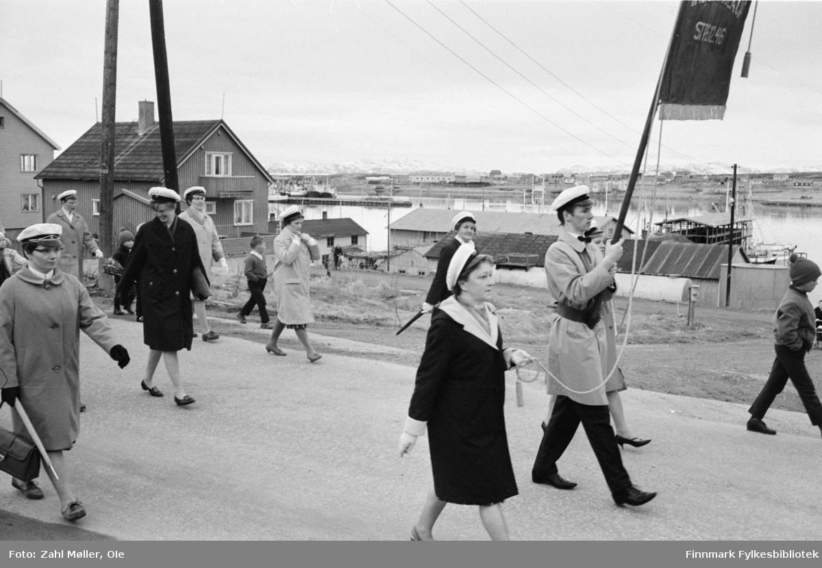 Vadsø 1968, Sangen og Musikkens Dag. Sangere går i prosesjon. Barna følger med.