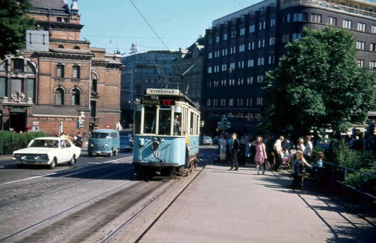 Sporvogn 70 på rute 6 ved Natinaltheateret. Dette var siste dag de klassiske toakslede Kristiania-trikkene gikk i ordinær rutetrafikk i Oslo.