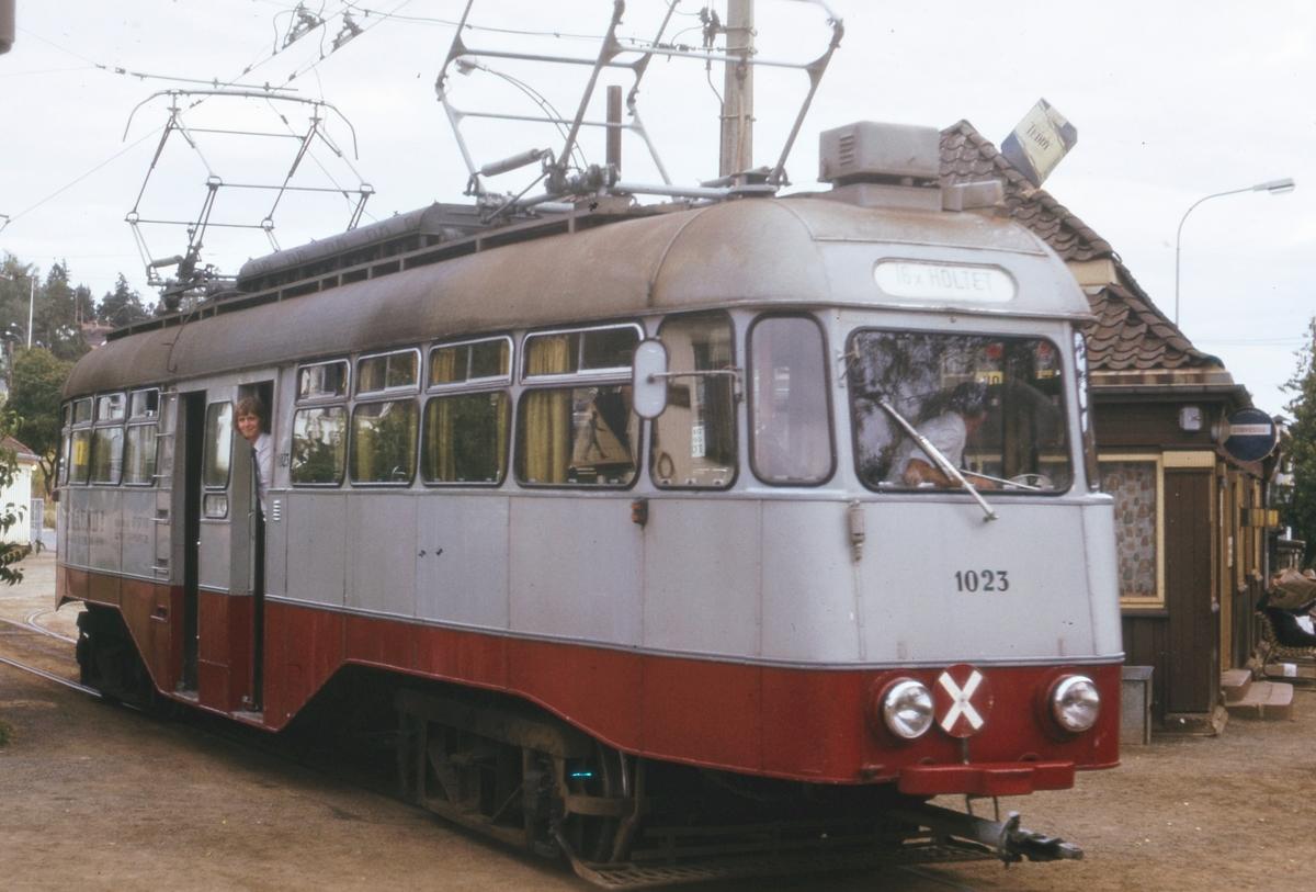 Ekebergbanens sporvogn 1023 på Holtet stasjon.