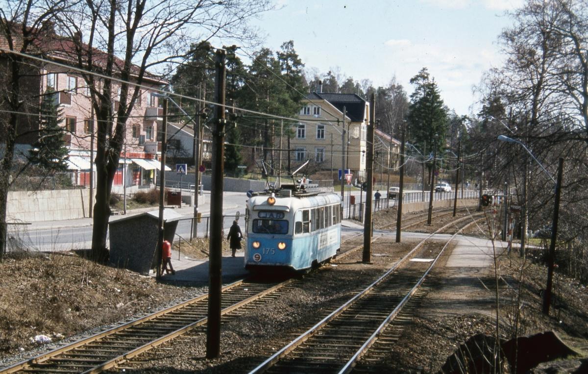 """""""Gullfisk"""" 175 ved Kastellet holdeplass på rute 9 Lilleaker-Ekebergbanen."""