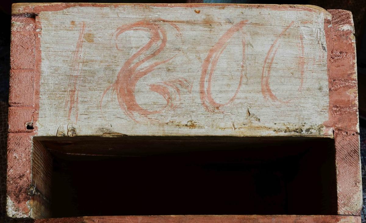 Hörnskåp, skänkskåp, med dubbeldörrar i såväl över som underdel, tre draglådor i mellandelen, högt svängt krönstycke, rikt målat och ornerat med blomsterkvistar. Märkt på krönet med blå färg: B. Lars, Jons Son, H. Sigrin Eriks Dotter, samt innanför dörrarna: Förfärdigat 1800 i Februari och Mars Månader. Jöns Månsson I Böle.
