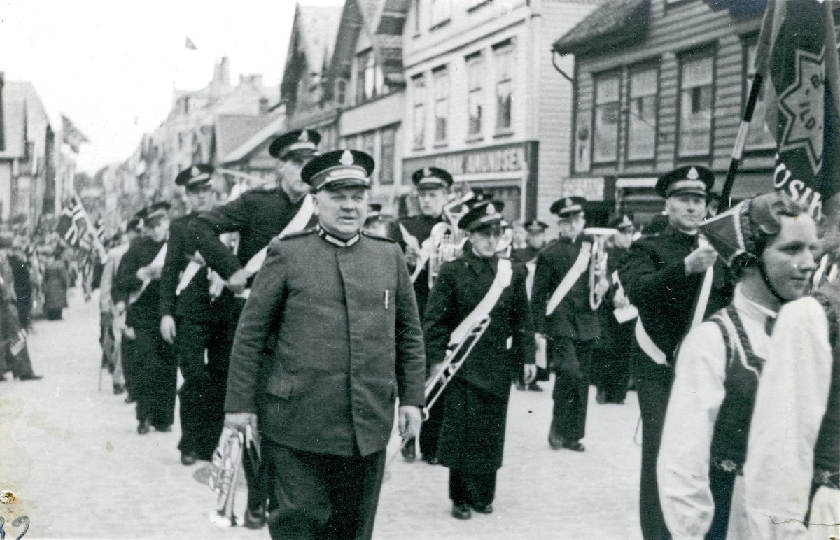 17. mai tog i Haraldsgt. Frelesarméens musikk-korps. Hull etter stifter i hjørnene.