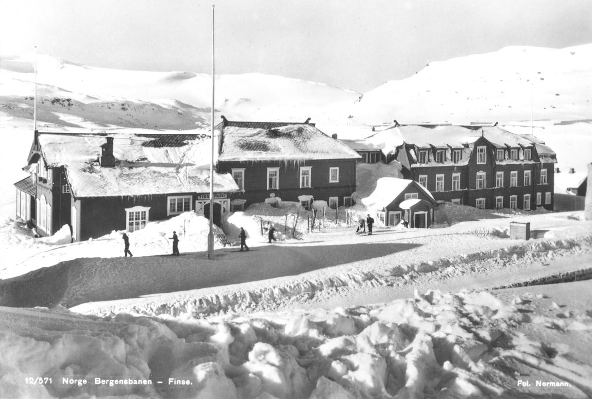 Finse høifjellshotell og stasjon med Hardangerjøkulen i bakgrunnen.
