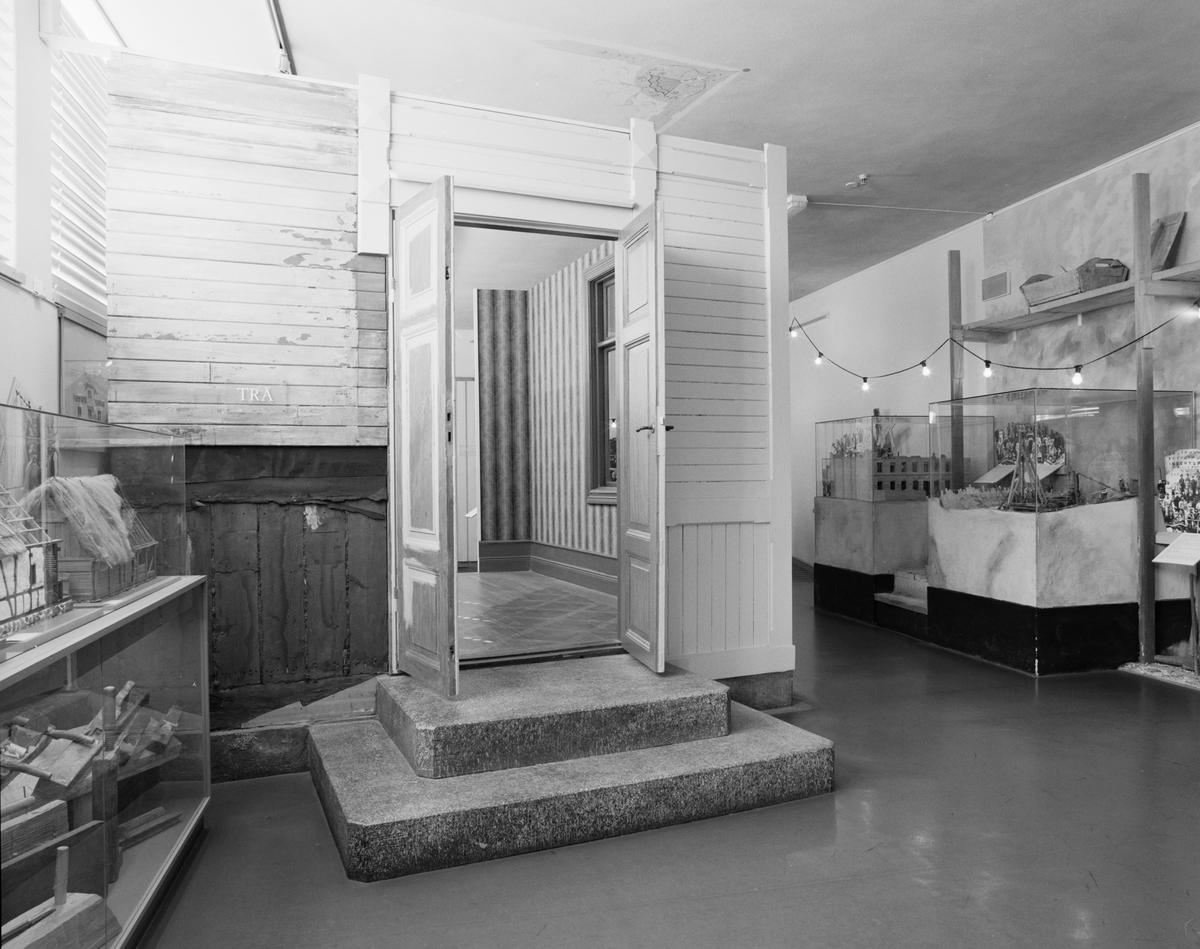 """Dokumentation av """"Sverige bygger"""" utställningen. Modeller av trähus och dess olika tekniker."""