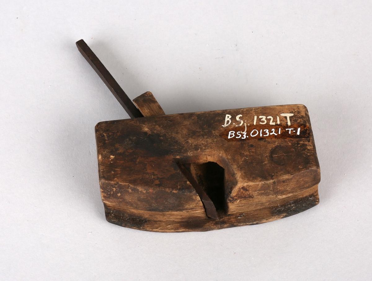 Trehøvel med jernskjær og liten trekile for regulering.