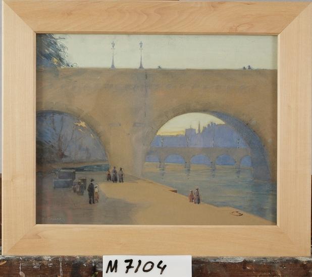 Akvarell på kartong. Föreställer en hög bro vid Seine i Paris. I förgrunden människor.  Färgskala i skymningsfärger.