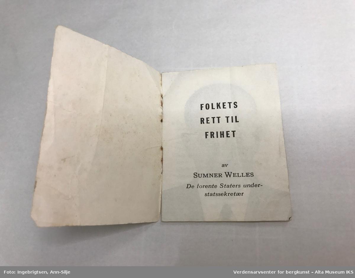 Lite hefte hvor arkene er stiftet sammen. Det er et enkelt fotografi av Sumner Welles på innsiden, og omslaget er illustrert med bilder.