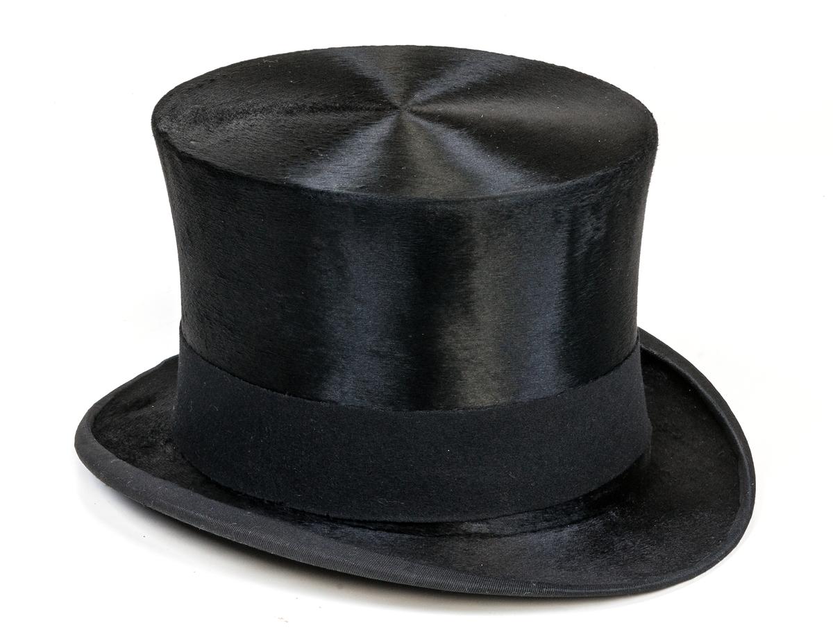 Hög hatt, svart., med tillhörande hattask.