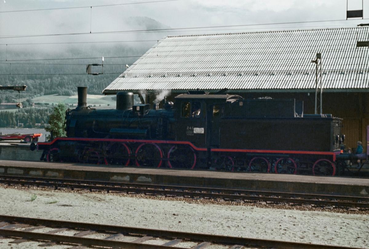 A/L Hølandsbanens veterantog fra Drammen til Krøderen på Vikersund stasjon. Toget trekkes av damplokomotiv 18c 245.
