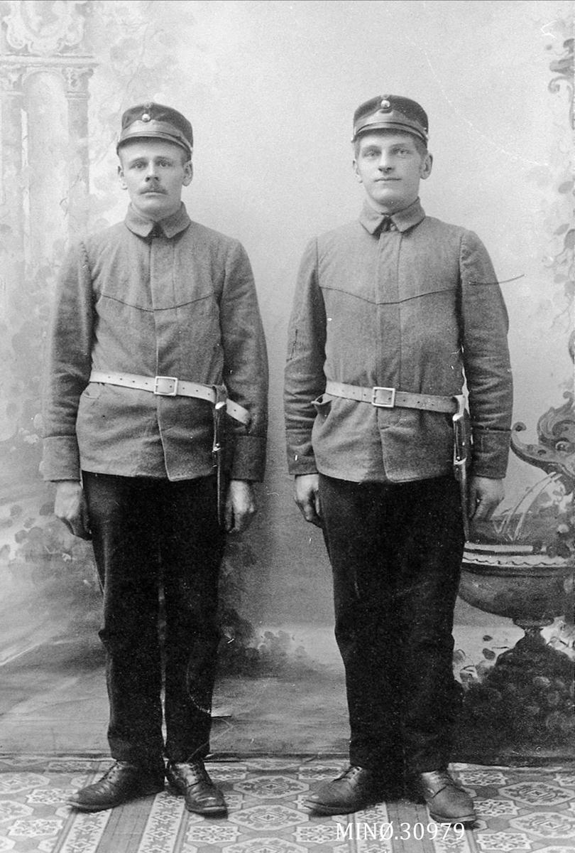 Portrett av unge menn i uniform - John O. Høislåen og Iver Odden