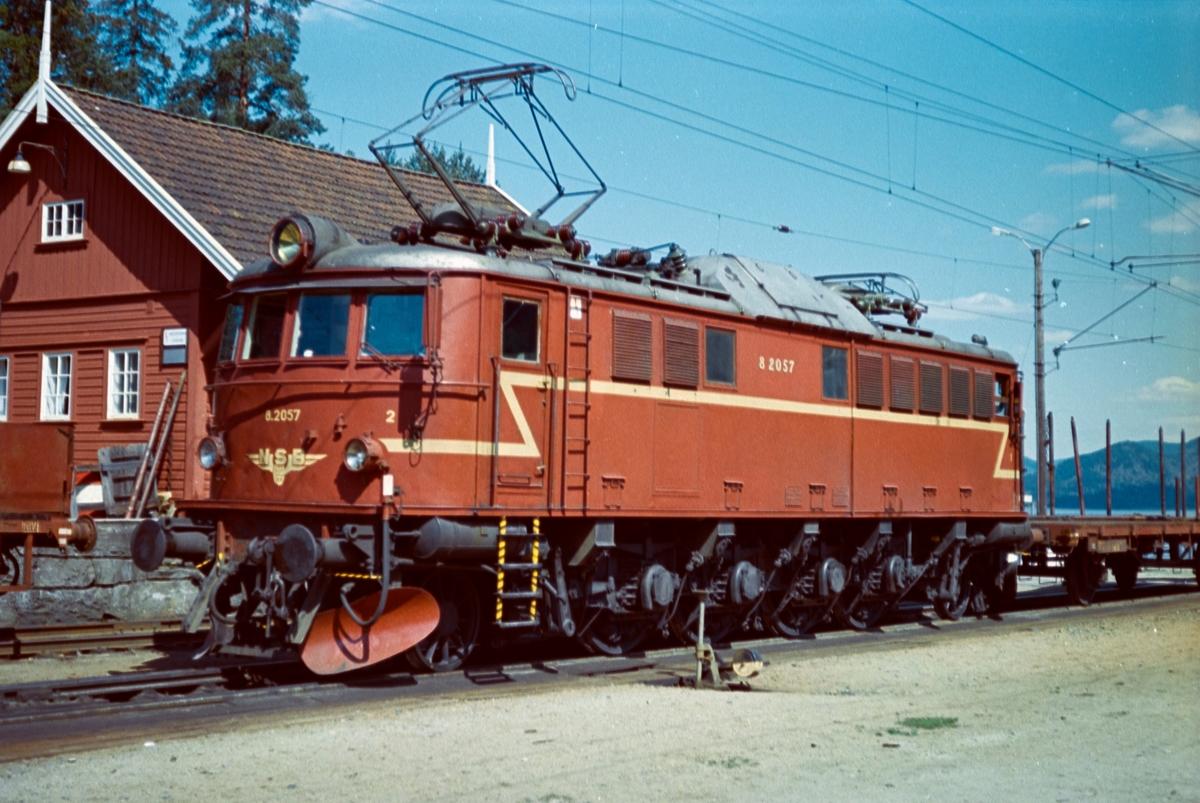 Elektrisk lokomotiv type El 8 nr. 2057 på Tinnoset stasjon.