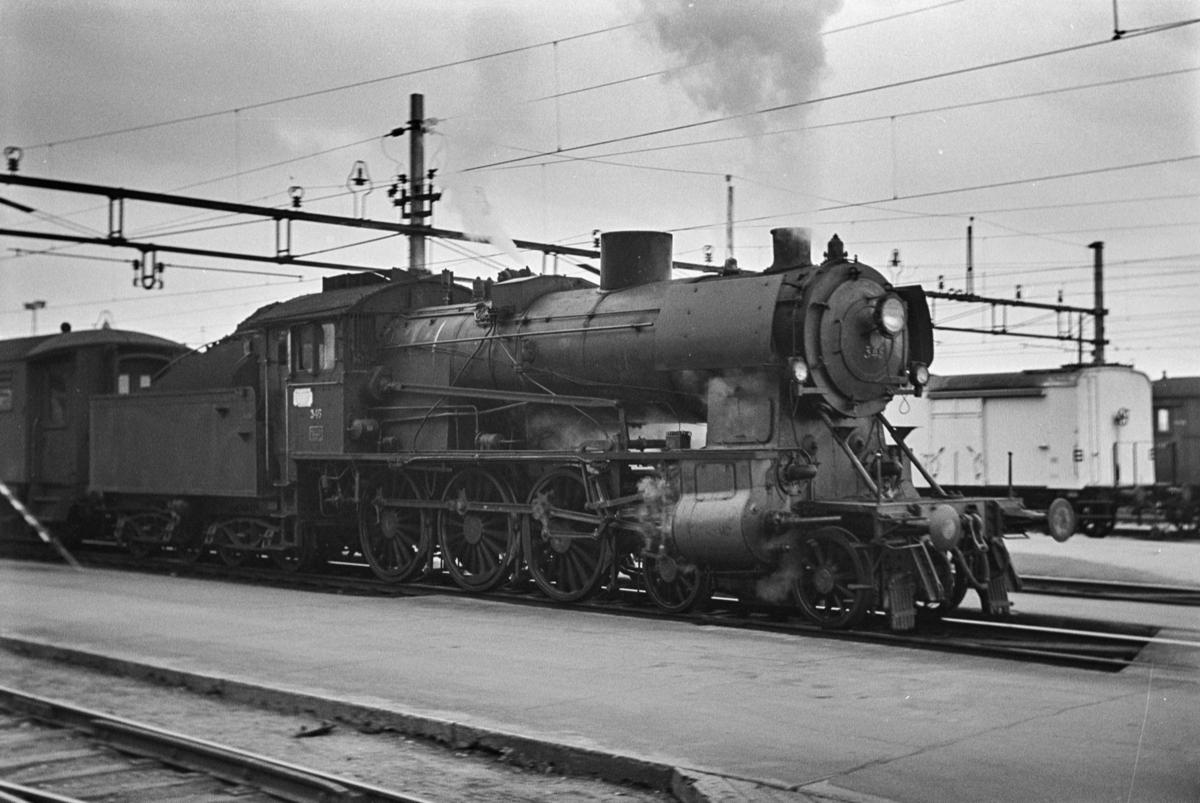 Persontog til Otta på Hamar stasjon. Toget trekkes av damplokomotiv type 30b nr. 346.