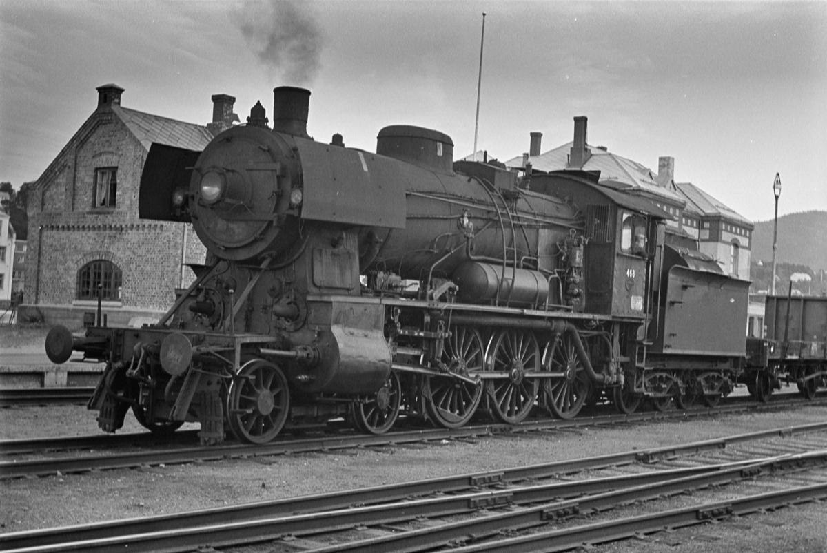 Nordgående godstog på Steinkjer stasjon. Toget trekkes av damplokomotiv type 30c nr. 468.