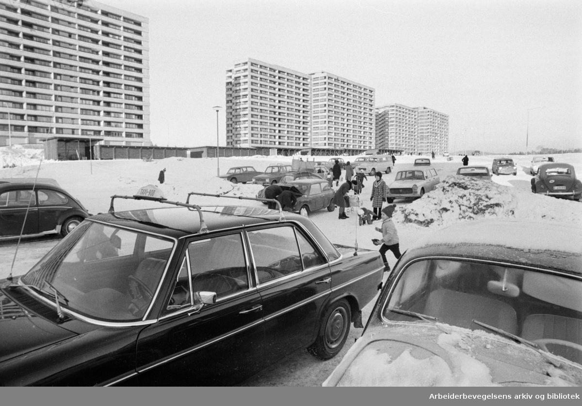 Tveita Senter. Livsfarlig å gå til og fra Tveita Senter. Desember 1970