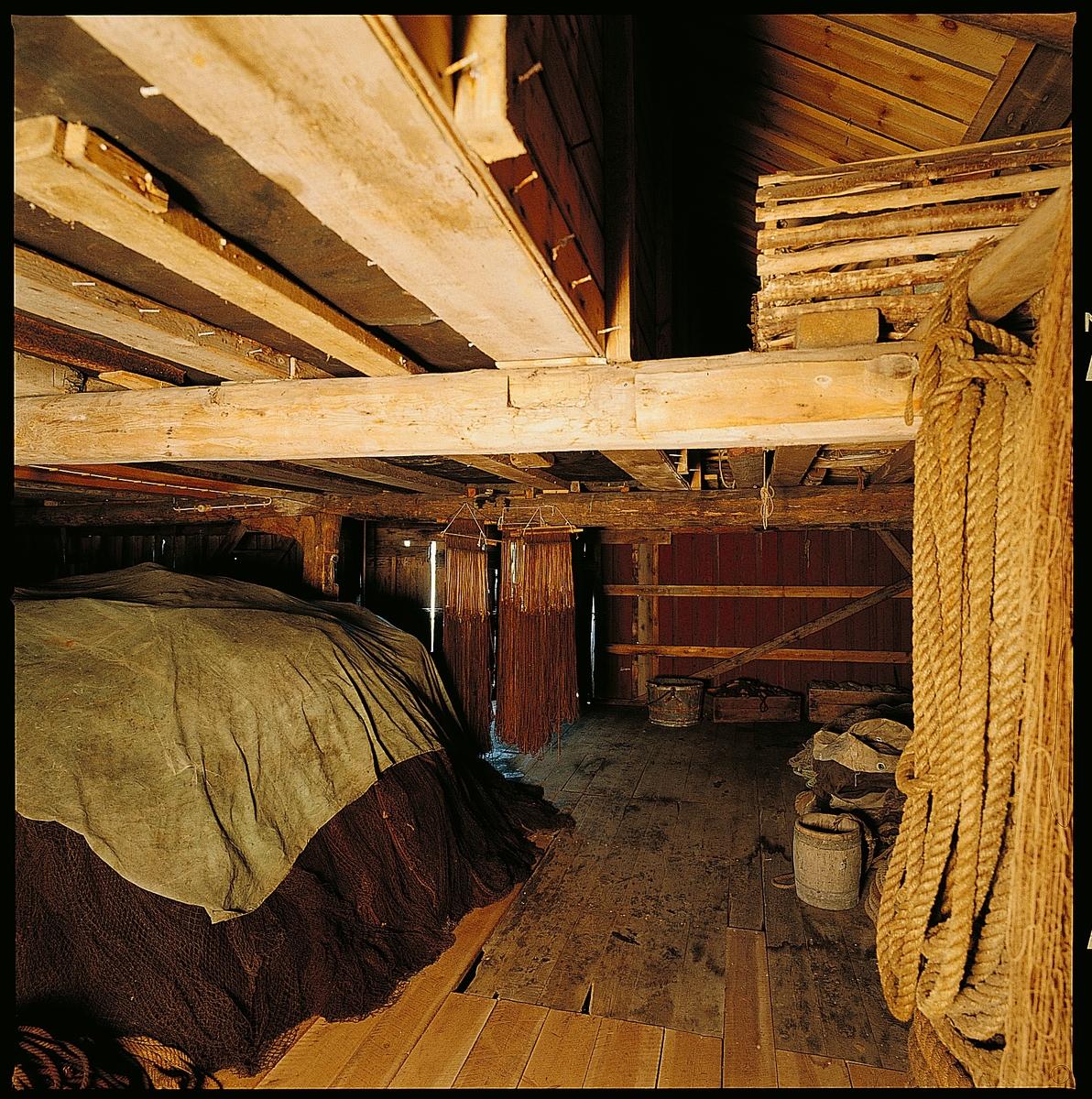 Sjøhuset er i 2 1/2 etasjer. Det står på en grunnmur av tørrstein, delvis ut i sjøen. Sjøhuset er kledd med vertikalt tømmermannspanel. Saltaket er tekket med uglasert teglstein. Murt pipe i teglstein. Siden det til tider kan være værhardt på Utsira har de fleste sjøhusene her åpning til båtene fra landsiden. Båtstøet til dette sjøhuset ligger på nordsiden og båtene ble trukket opp på land, så dreiet litt mot sør og trukket inn i sjøhuset med håndkraft. Derfor er det stor åpning på kortveggen mot land. Det er åpning mot sjøen også, men denne ble mest brukt til å få lastet inn fiskeredskaper og fangst.