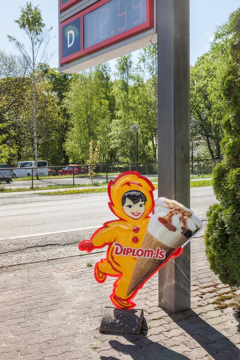 Stotoil Hemnes. Reklameskilt for Diplom is.