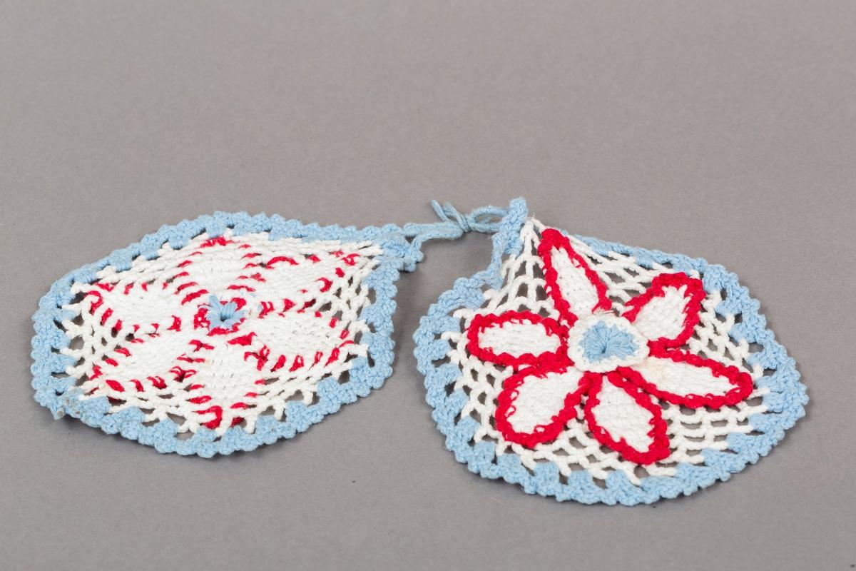 Heklet grytklut, 2 stk i sett, i hvit, rød og lyseblå. Heklet blomst.