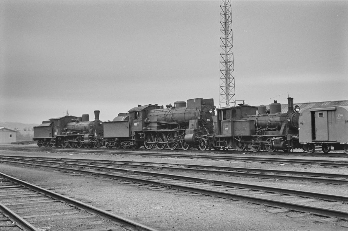 Hensatte damplokomotiver på Marienborg Verksted. Fra venstre type 18c nr. 134, type 30b nr. 350 og type 25a nr. 261.