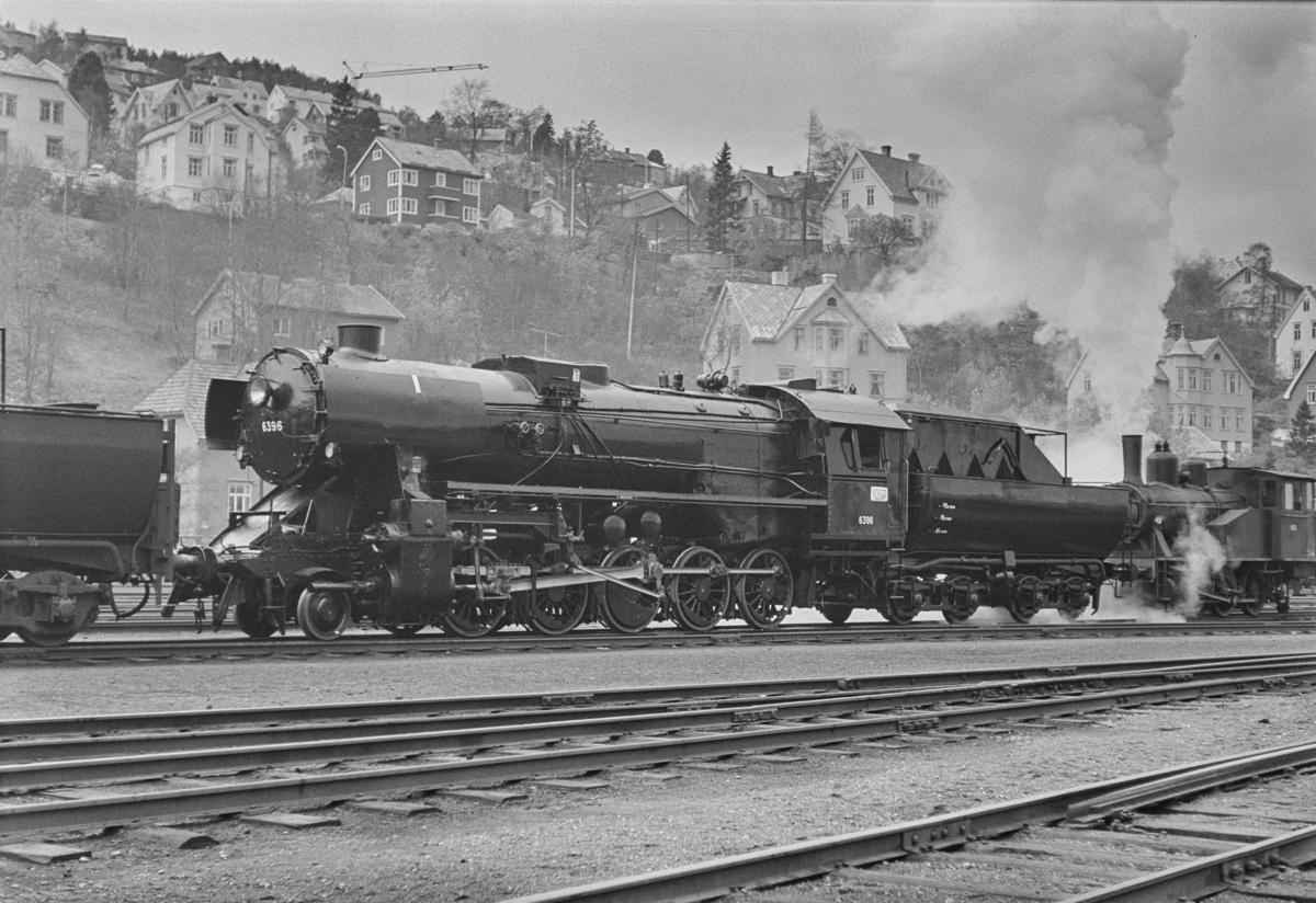 Damplokomotiv type 63a nr. 6396 på Marienborg. Lokomotivet trekkes ut av verkstedet etter revisjon