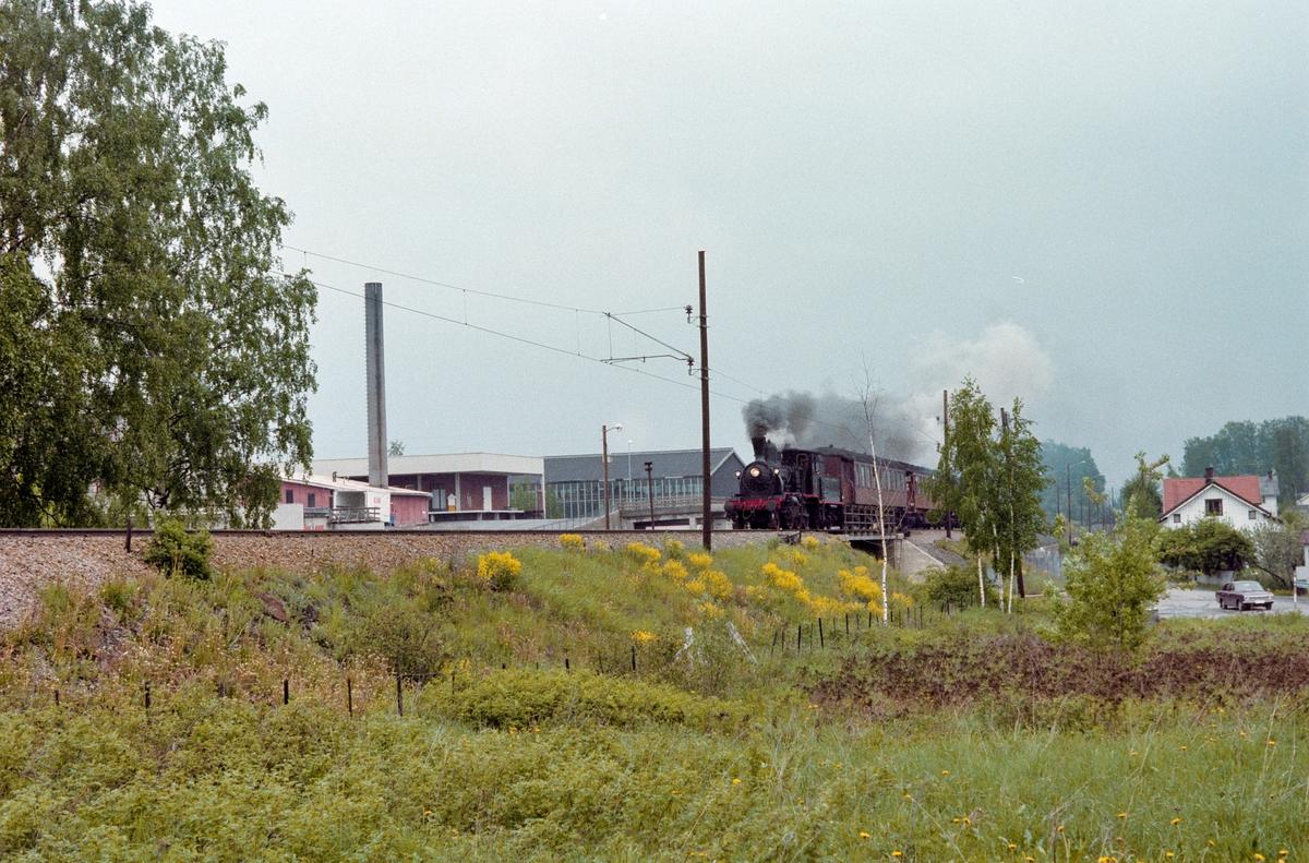 Underveis med veterantog mellom Hamar og Jessnes. Toget trekkes av damplokomotiv type 21b nr. 252.