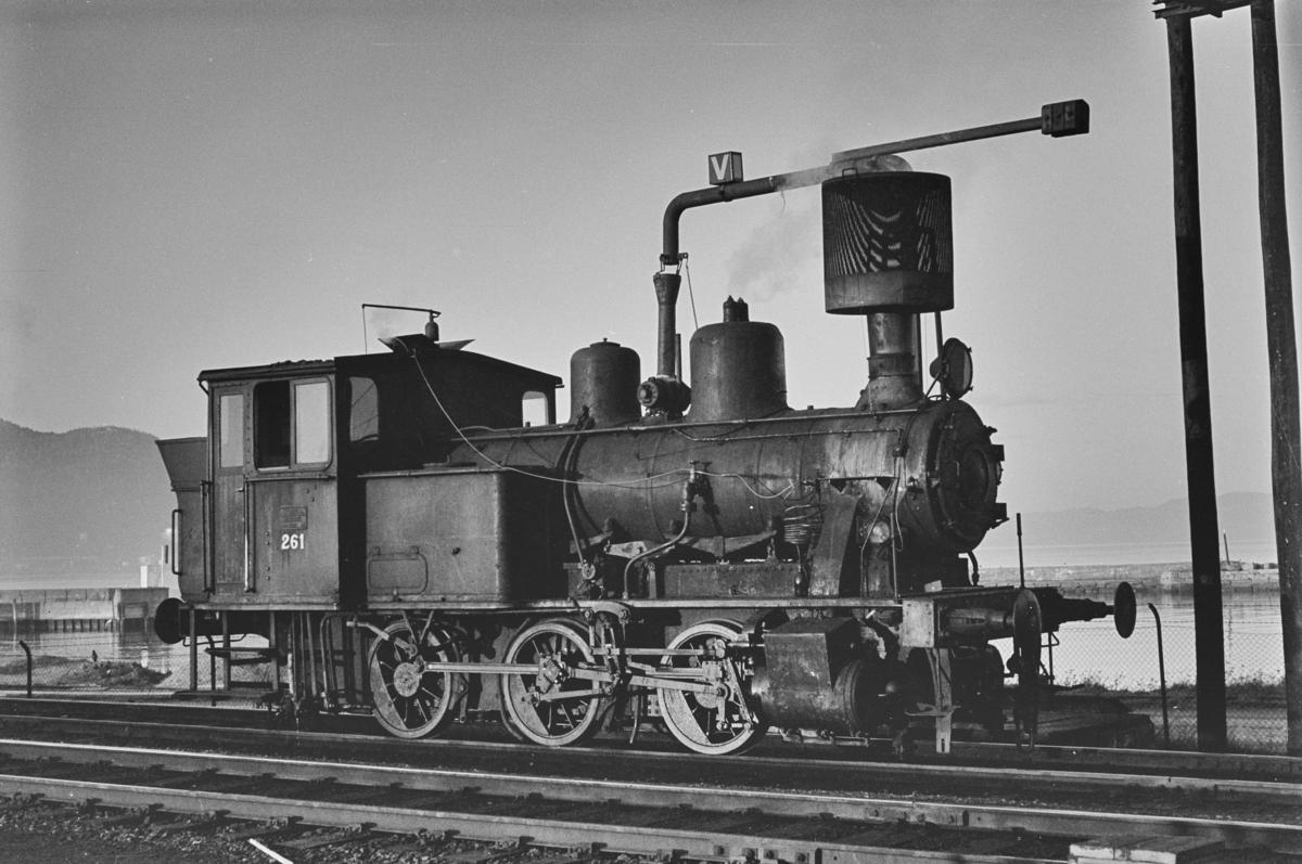 Damplokomotiv type 25a nr. 261 ved vannstenderen på Trondheim stasjon.