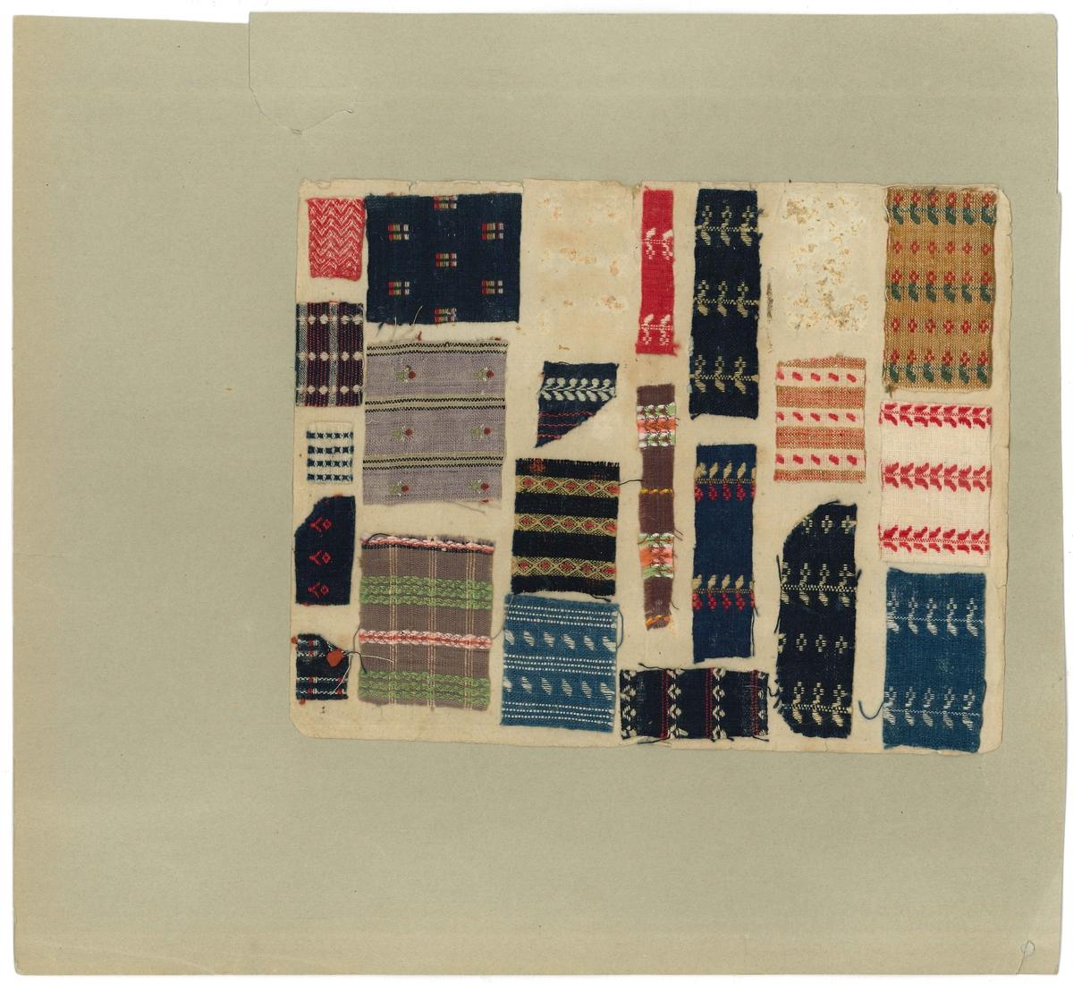 Ett av flera lösa mönsterblad, vävda mönsterprov uppklistrade på blad.