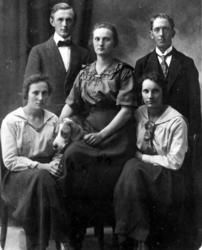Elisabeth Jonsson f 1899 d 1926, Märta Jonsson f 1901, Karls