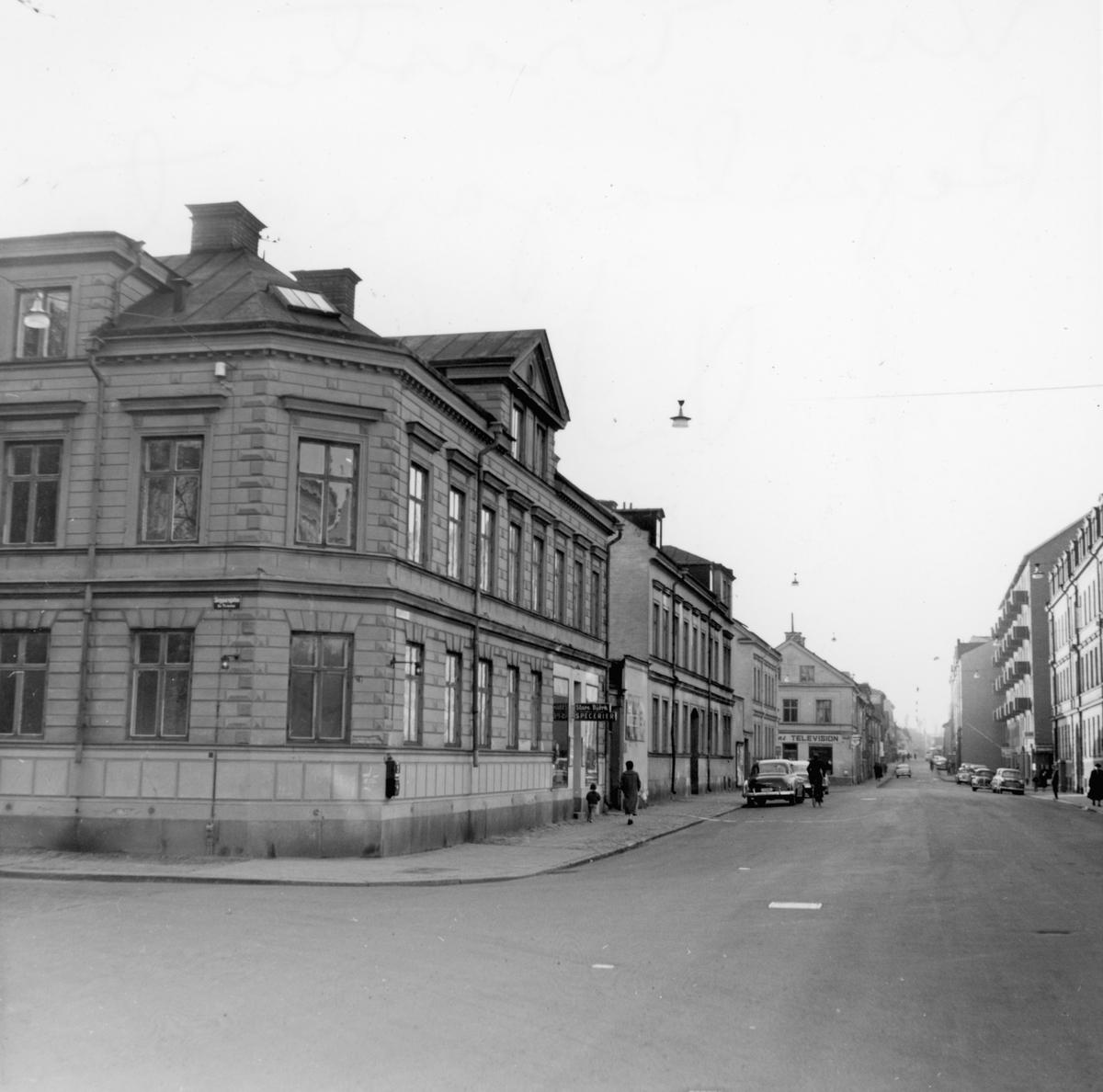 Parti av Norrköping. Repslagargatan västerut från korsningen med Skepparegatan. Till vänster ses bebyggelse inom kvarteret Trasten. Bilden tagen i samband med rivningsansökan 1960.