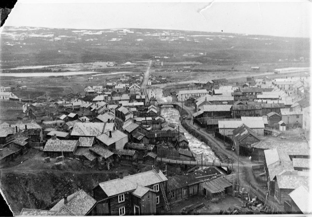 Hyttelva og bebyggelsen på begge sider av elva sett fra taket på Smeltehytta på Røros i 1925. Sett mot sør.