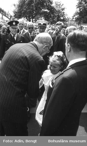 Kungainvigningen 16 juni 1964.  Fotograf Bengt Adin, Göteborg. Regi Hans Håkansson. Stenungsunds Centralstation. Flicka överlämnar blommor till kung Gustaf VI Adolf.