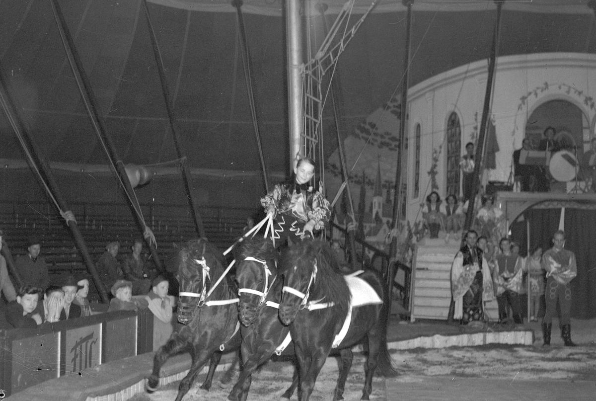 Furuviksparken invigdes 1936. Folkdanslaget Furuviks Ungdomslag och Barnkabarén blev Furuviksbarnen. Ungdomscirkusen. (Cirkustältet kan vara i Gävle).
