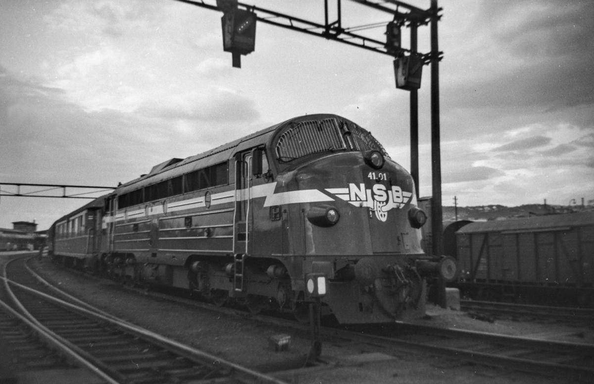 Dagtoget fra Trondheim  til Oslo Ø over Dovre på Trondheim stasjon. Toget trekkes av diesellokomotiv type Di 3 nr. 41.01.