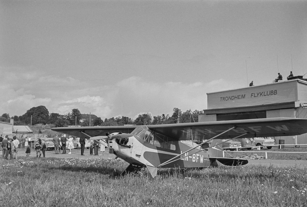 Flystevne på Lade flyplass. Piper Cub LN-BFW