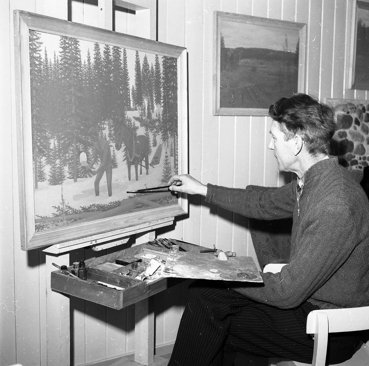 Maleren Torleiv Moren i full aktivitet i atelieret.