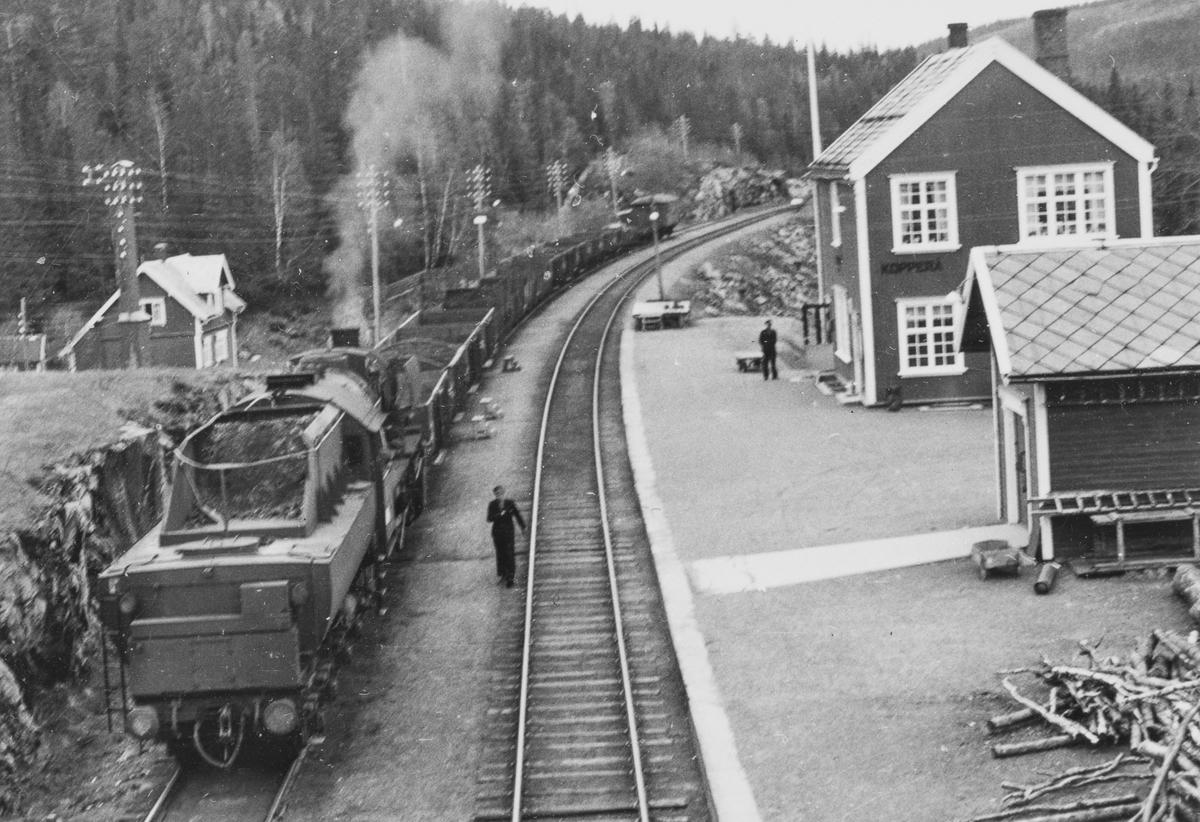 Grustog på Kopperå stasjon på Meråkerbanen. Toget trekkes av damplokomotiv type 63a nr. 5032.