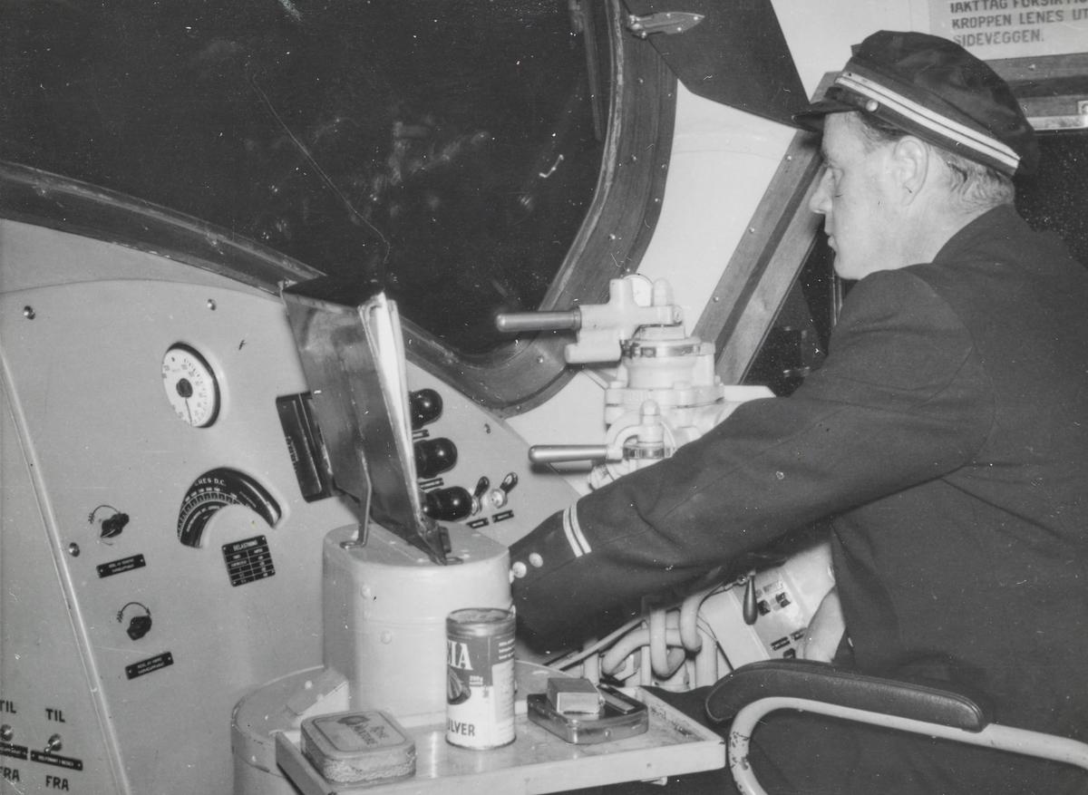 Lokomotivfører Kåre Stuevold på diesellokomotiv type Di 3.