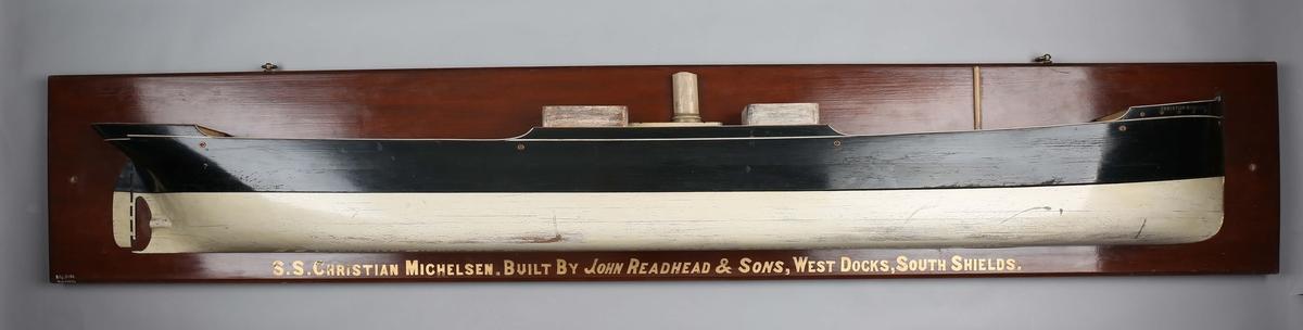 Halvmodell av DS CHRISTIAN MICHELSEN montert på bakplate.