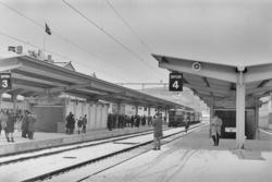 Mange fremmøtte på plattformen på Trondheim stasjon i forbin