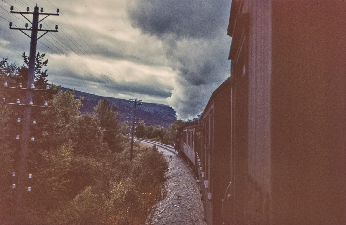 Utsikt fra togvinduet på dagtoget fra Oslo Ø til Trondheim, tog 301.