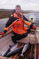 Sjølaksefisker Øystein Løfgren kjører inn med sin båt til en