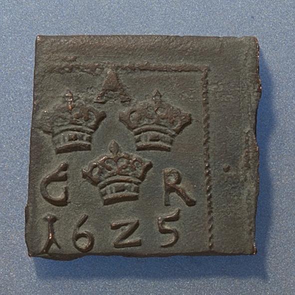 Ett fyrkantigt kopparmynt i form av en 1 öres klipping. Åtsidan Tre kronor placerade i V-form, svagt och delvis synliga. Versalerna G A R svagt och delvis synliga och placerade i upp och nedvänd V-form med G till vänster, A ovanför och R till höger om kronorna. Det fyrsiffriga präglingsåret - längst ner på myntet - är 1625. Ocentrerad prägling. Ram delvis synlig. Frånsidan Två korsade pilar under en krona, svagt och delvis synliga.Till vänster höger om pilarna siffran 1, till höger versalerna ÖR, svagt  synliga. Ocentrerad prägling. Ram delvis synlig. Nuvarande skick Bägge sidor slitna. Jack. Valsklump. Korroderat. Krackelerat. Vikt 18,1 gram.