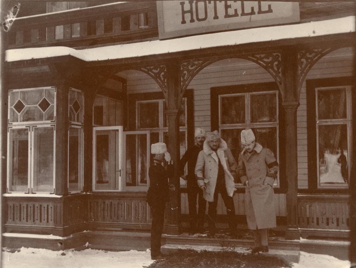 Officerare från Smålands husarregemente K 4 utanför hotell under vinterövning i Norrbotten omkring 1910.