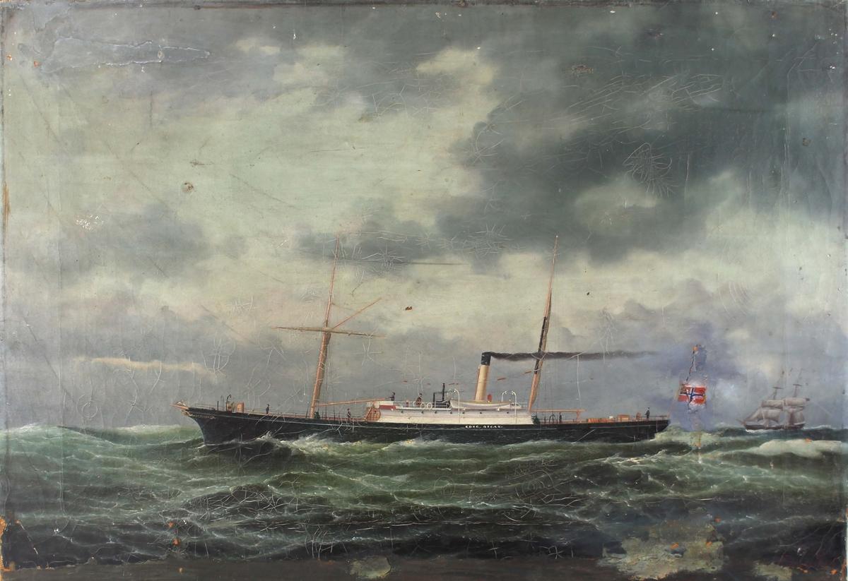 Skipsportrett av DS KONG OSCAR under fart i åpen sjø. Skipet har seilrigg med opprullete seil samt baugforsiring. Norsk handelsflagg med svensk-norsk unionsmerke akter. Bildet er malt i Kiel.